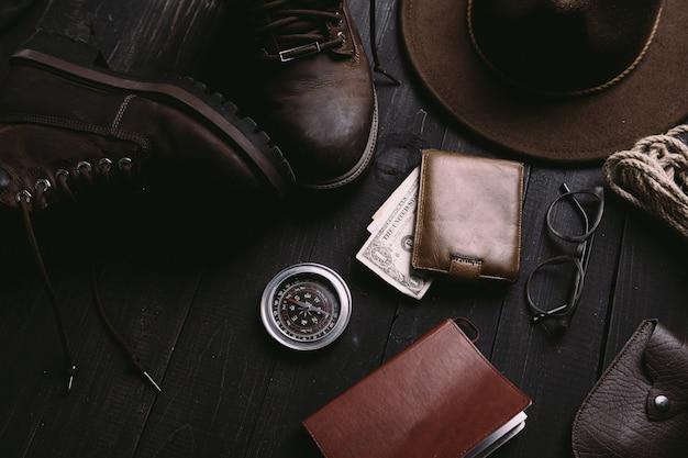 Płaskie ułożenie rzeczy podróży na vintage drewniane biurko.