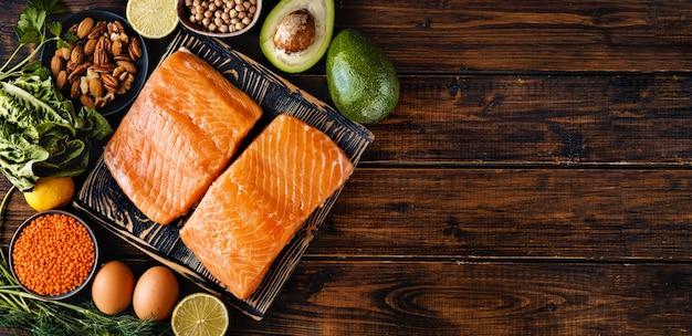 Płaskie ułożenie surowego fileta z łososia ze zdrową dietą