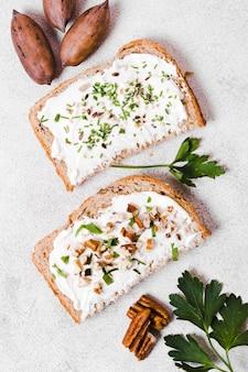 Płaskie ułożenie tostów z pastą i orzechami