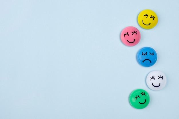 Płaskie ułożenie twarzy ze smutnymi i szczęśliwymi emocjami na niebieski poniedziałek