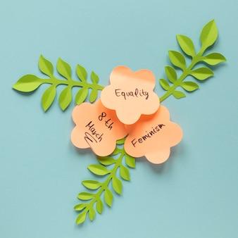 Płaskie ułożenie wiadomości na karteczkach samoprzylepnych w kształcie kwiatów na dzień kobiet