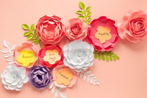 Płaskie ułożenie wspaniałych kwiatów na dzień kobiet