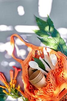 Płaskie ułożenie z ekologicznego papieru rzemieślniczego i drewnianej zastawy stołowej, zero waste