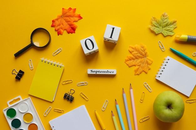 Płaskie ułożenie z różnymi przyborami szkolnymi zeszyty ołówki długopisy spinacze do papieru farby jabłko ect