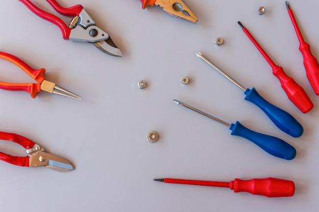 Płaskie ułożenie zestawu narzędzi do naprawy samochodów i konserwacji domu na szarym tle. widok z góry.
