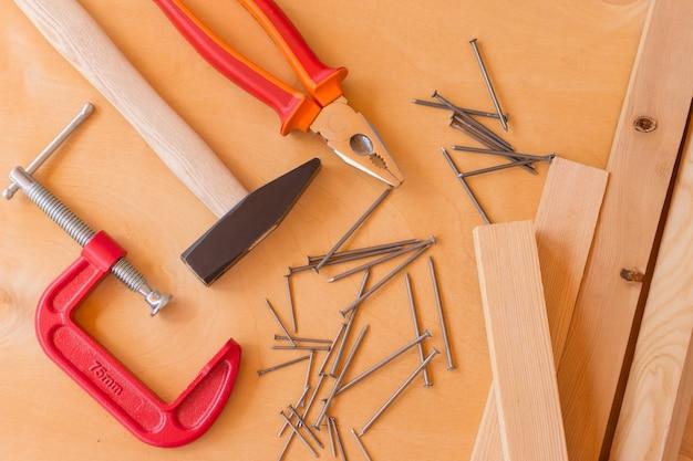 Płaskie ułożenie zestawu narzędzi do prac budowlanych i utrzymania domu na drewnianym tle. widok z góry.