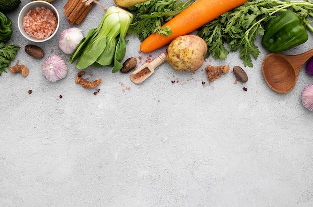 Płaskie warzywa świeckie mieszają się z przestrzenią kopiowania
