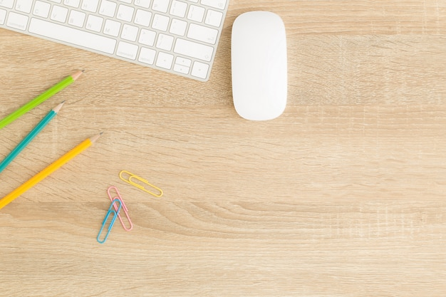 Płaskie zdjęcie biurka z myszą i klawiaturą