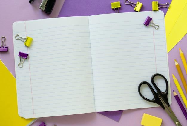 Płaskie żółte i liliowe przybory szkolne