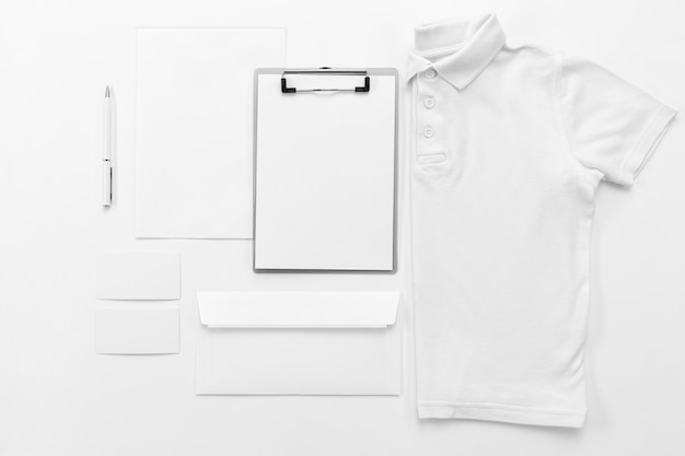 Płasko leżąca koszula i układ schowka