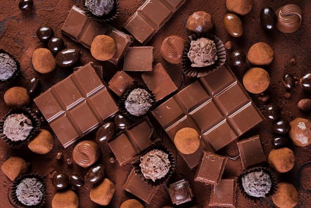 Płasko leżące tabliczki czekolady i cukierki