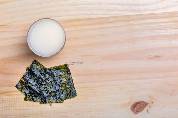 Płasko leżące wodorosty nori i miska z miejsca na kopię