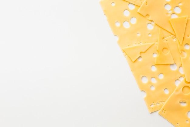 Płasko leżące wyśmienite plastry sera emmental z miejscami do kopiowania