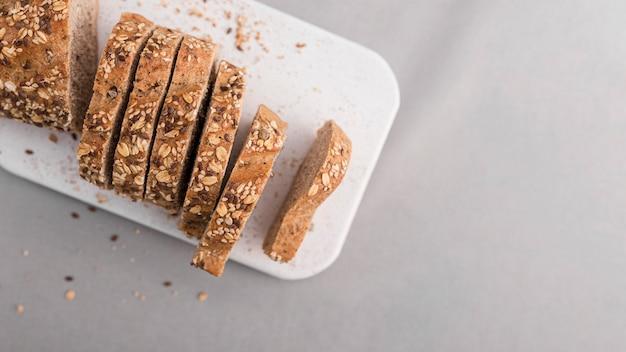 Płasko leżący chleb z nasionami z miejsca kopiowania