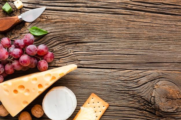 Płasko leżący nóż emmental winogron i ser z miejsca kopiowania