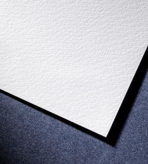 Płasko leżał biały papier na niebieskim tle