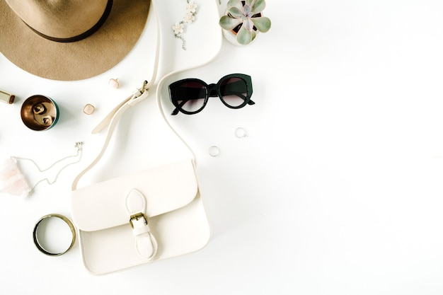 Płasko leżał modny układ kreatywnych kobiecych dodatków. torebka, kapelusz, okulary przeciwsłoneczne, akcesoria damskie.