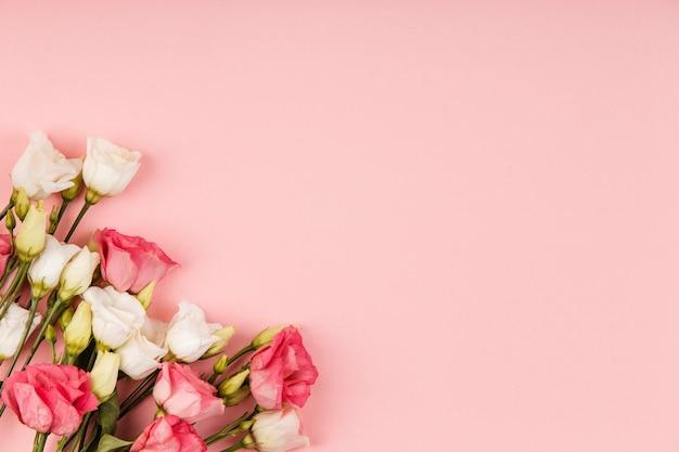 Płasko leżał piękny układ róż z miejscem na kopię