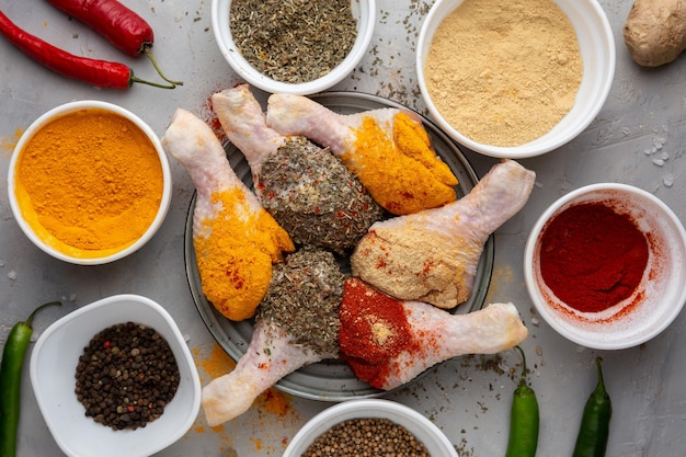 Płasko leżał pyszny indyjski kurczak