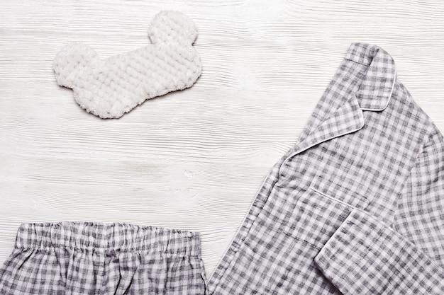 Płasko leżał z ciepłych spodni do spania, kurtki i puszystej maski