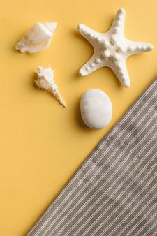 Płasko leżał z rozgwiazdą i muszlami na żółto