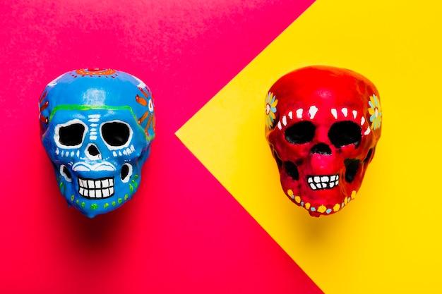 Płasko leżała dekoracja halloweenowa z kolorowymi czaszkami