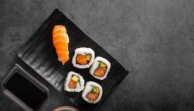 Płasko leżało nigiri i maki sushi z miejsca kopiowania