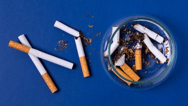 Płasko leżały papierosy z popielniczką