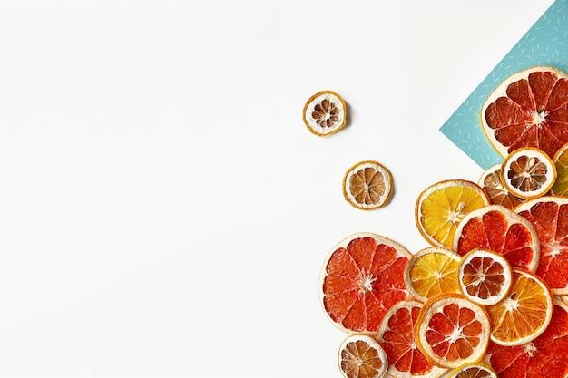 Płasko świeckich kompozycja plastry pomarańczy, cytryny i grejpfruta na białym tle