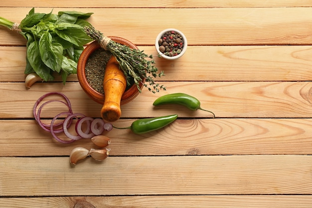 Płasko świeża kompozycja z przyprawami i ziołami na drewnianym