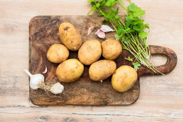 Płasko układać surowe ziemniaki na desce