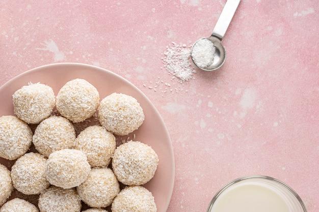 Płasko układaj pyszne kokosowe cukierki
