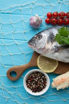 Płasko ułożona ryba i przyprawy do gotowania