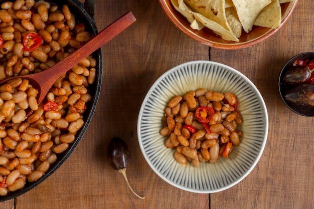 Płasko ułożone chilli w misce