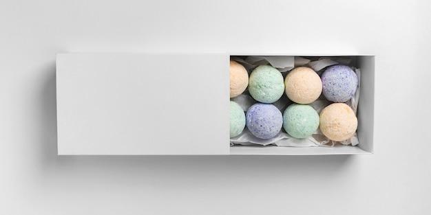 Płasko ułożone kolorowe kule do kąpieli w pudełku