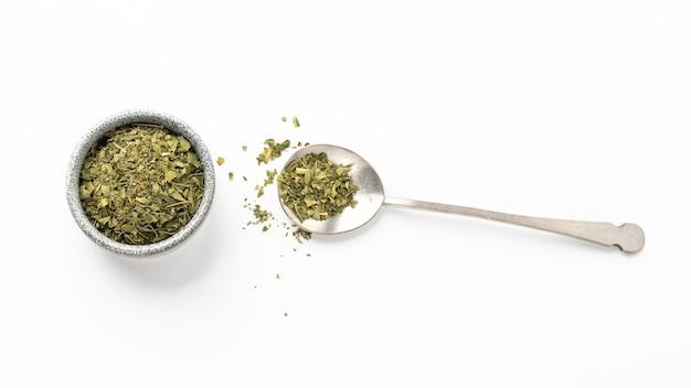 Płasko ułożone naturalne zioła rozdrobnione rośliny