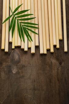 Płasko ułożone, przyjazne dla środowiska bambusowe słomki