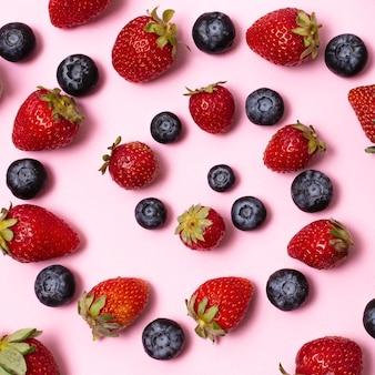 Płasko ułożone pyszne dojrzałe owoce tworzą kompozycję