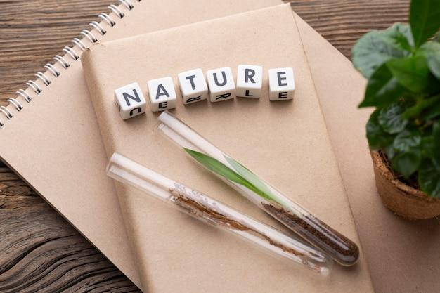 Płasko ułożone rośliny, tubki i książka