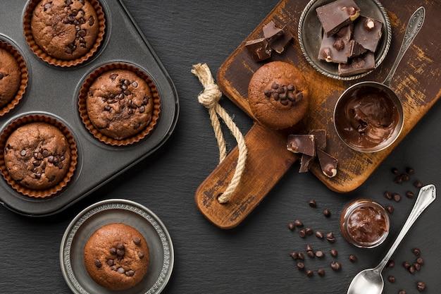 Płasko ułożone smaczne muffinki z czekoladą i kawałkami czekolady