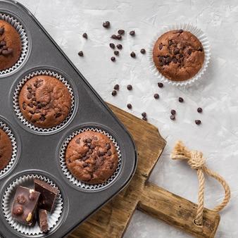 Płasko ułożone smaczne muffinki z czekoladą