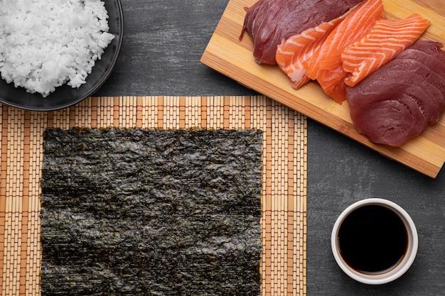 Płasko ułożone surowe ryby i ryż