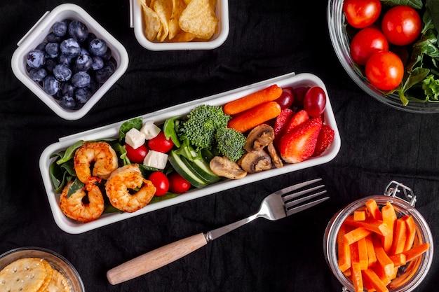 Płasko ułożone warzywa i owoce