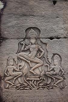 Płaskorzeźba przedstawiająca kobietę apsara na ścianie angkor wat. kambodża