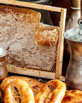 Plaster miodu z bochenkami chleba