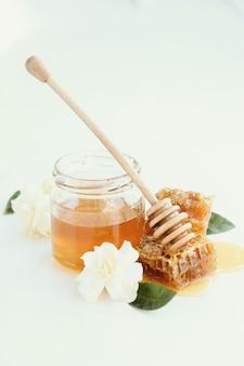 Plaster miodu ze słoika i kwiatów