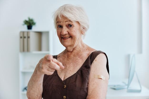 Plaster pacjenta na ramieniu paszport szczepionkowy ochrona immunologiczna