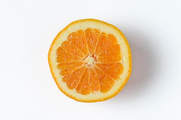 Plaster świeżej pomarańczy na białej powierzchni.