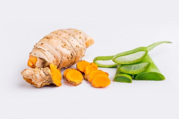 Plasterek aloesu i kurkumy izolowany składnik ziołowy.
