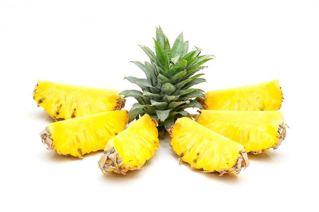 Plasterek ananasa na białym tle